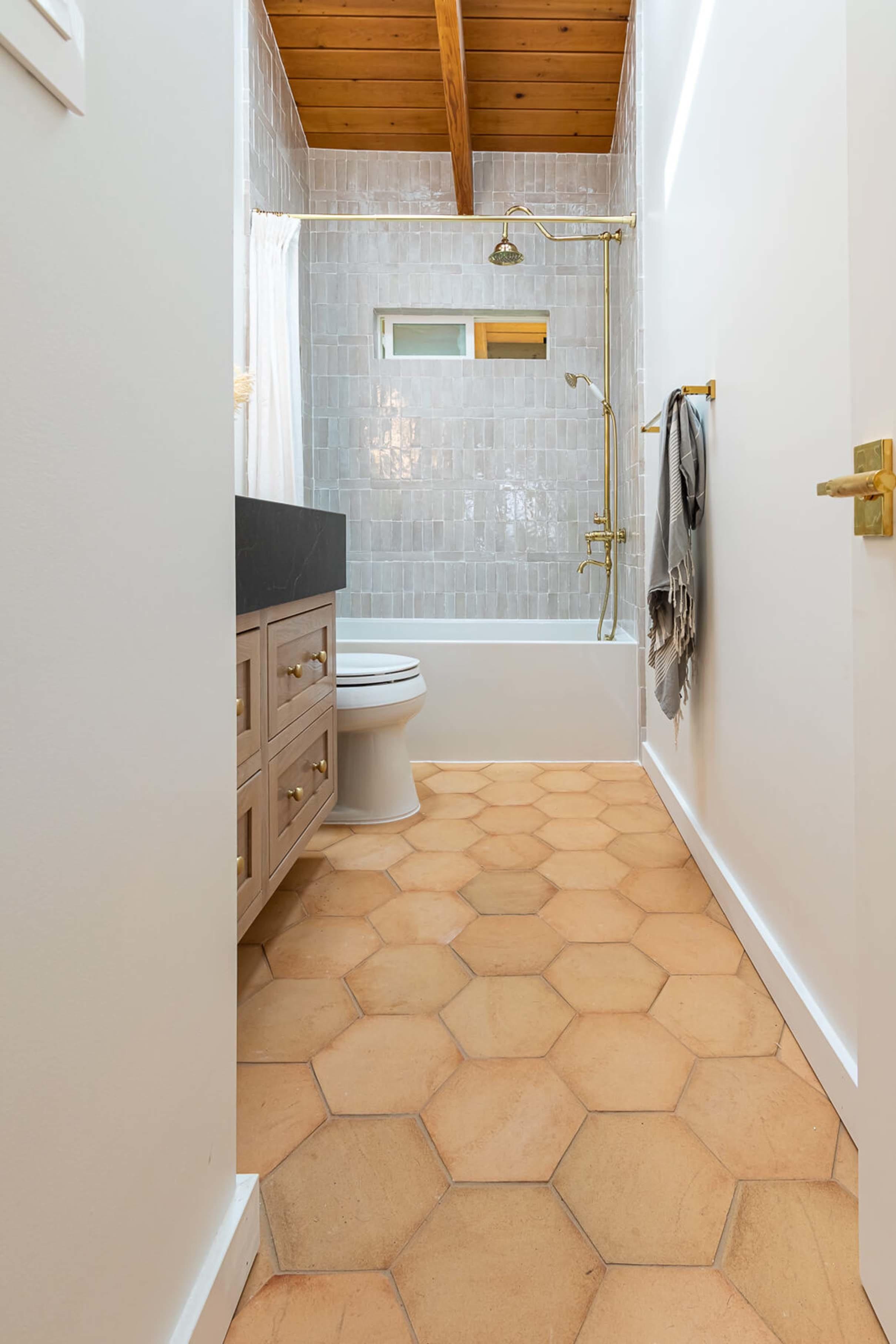 Small bathroom mixed tile
