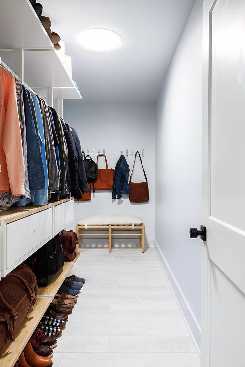 Uo21 main bathroom closet wide 77 A0336 v 800x1200